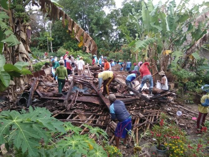 Camat dan Anggota DPRD Lamsel Beri Kejutan Warga yang Rumahnya Roboh Diterjang Angin