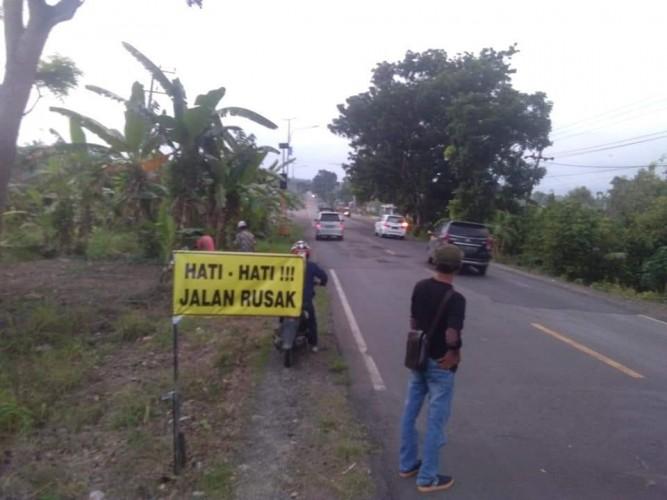 Camat Penengahan Pasang Baliho Imbauan Jalan Rusak