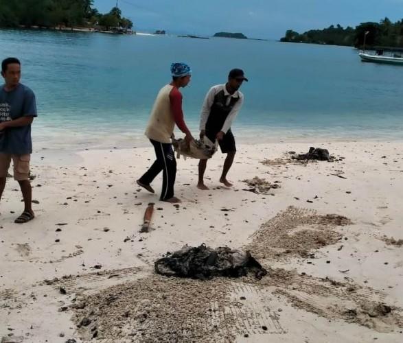 Camat Punduhpedada: Warga Desa Sukarame di Pesawaran Semangat Bersihkan Limbah di Pantai