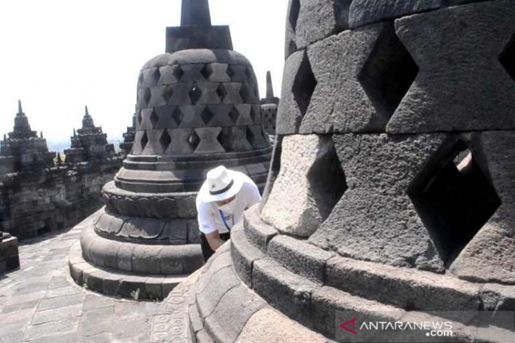 Candi Borobudur Diselimuti Abu Vulkanik Merapi