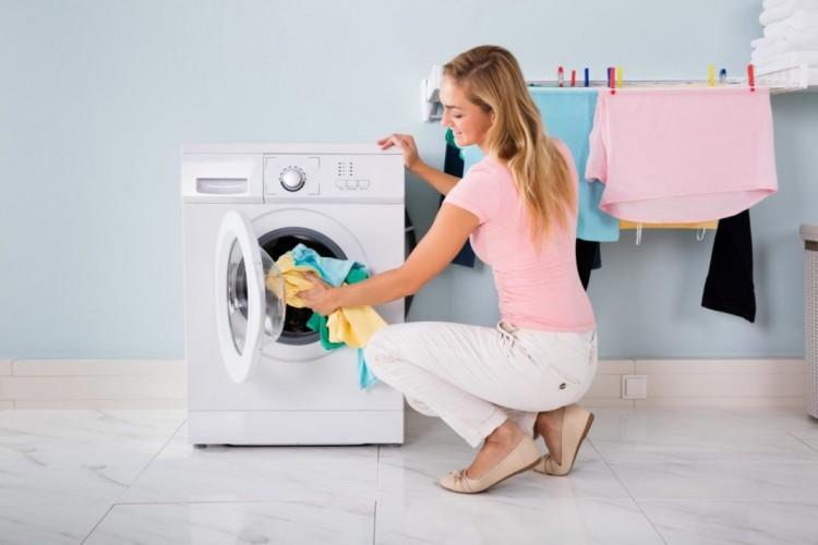 Cara Aman Mencegah Kesetrum Mesin Cuci Saat Mencuci Pakaian