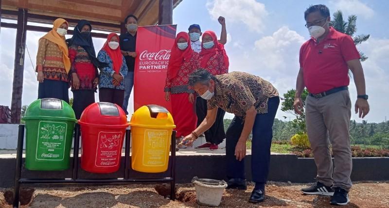 CCEP Indonesia Salurkan Tempat Sampah untuk Jaga Kebersihan di Kebun Edukasi Lamsel