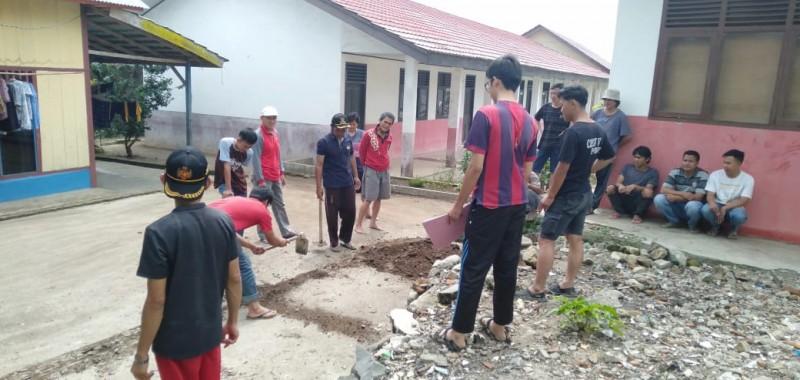 Cegah Banjir,  Warga Pekon Canggu dan Mahasiswa KKN Bersihkan Sampah