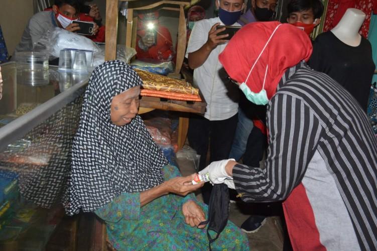 Cegah Penularan Covid-19, Tim Sosgoro Lamteng Bagikan Masker ke Pasar