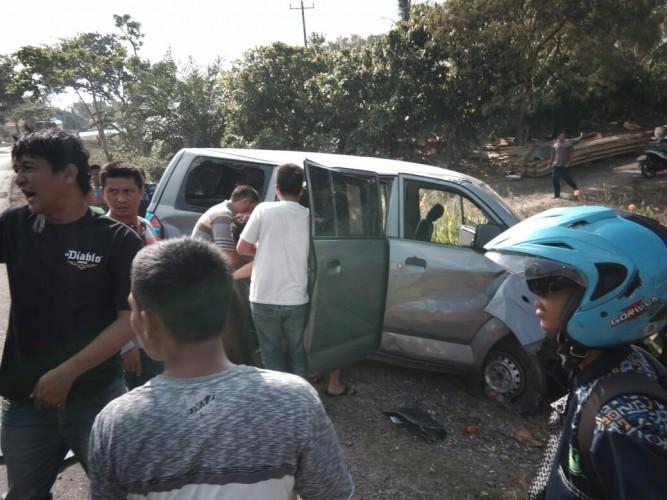 Cekcok Mulut dengan Pengendara Motor, Minibus Terguling di Jalinsum Sidomulyo