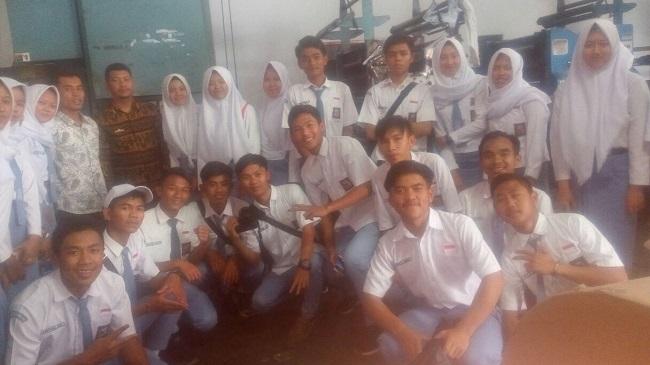 53 Pelajar SMAN 1 Way Tenong Kunjungi Lampung Post