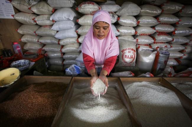 Pedagang Beras Mulai Terapkan Harga Eceran Tertinggi