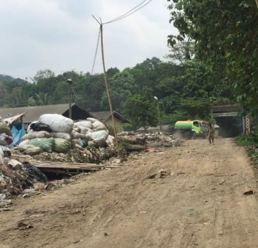 Dalih Renovasi, Lumpur Tinja Dibuang di Tepi Jalan TPA Bakung