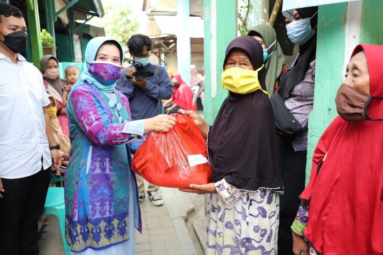 Darma Wanita Unila Bagikan Sembako di Empat Kelurahan