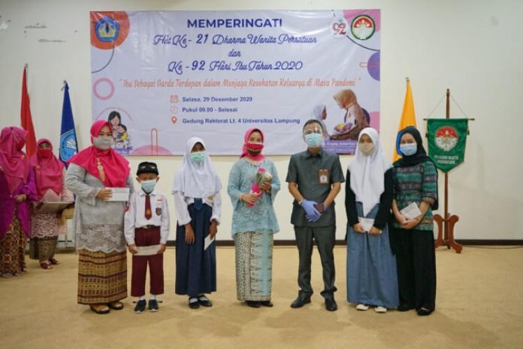 Darma Wanita Unila Salurkan Beasiswa Bagi Anak Asuh