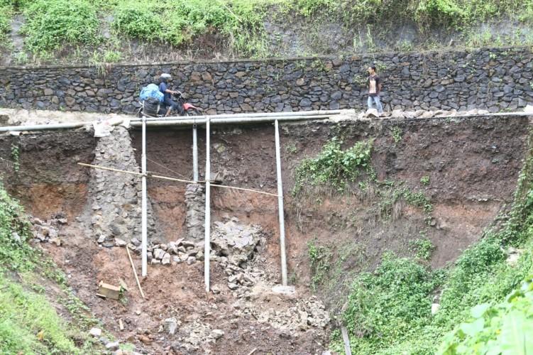 Delapan Bulan Longsor, Akses di Desa Munca Tak Kunjung Diperbaiki