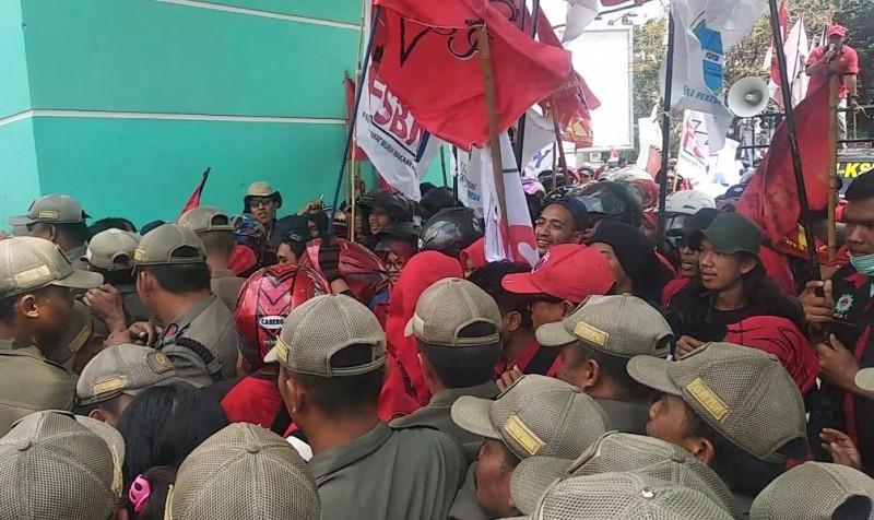 Demo Buruh Dikawal Ribuan Polisi dan Tentara