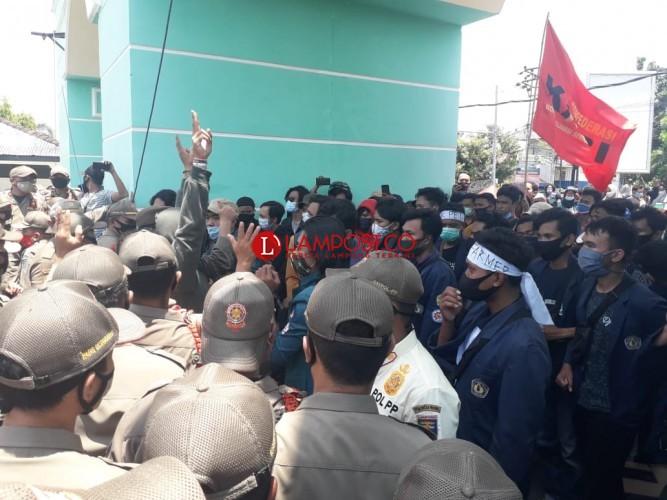 Demo di Kantor Pemprov Diwarnai Aksi Dorong