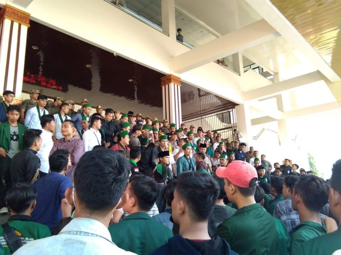 Demo HMI di Depan Kantor DPRD Lampung Ricuh