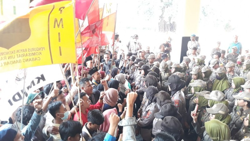 Demo Mahasiswa Sempat Ricuh, Seorang Satpol PP Pingsan