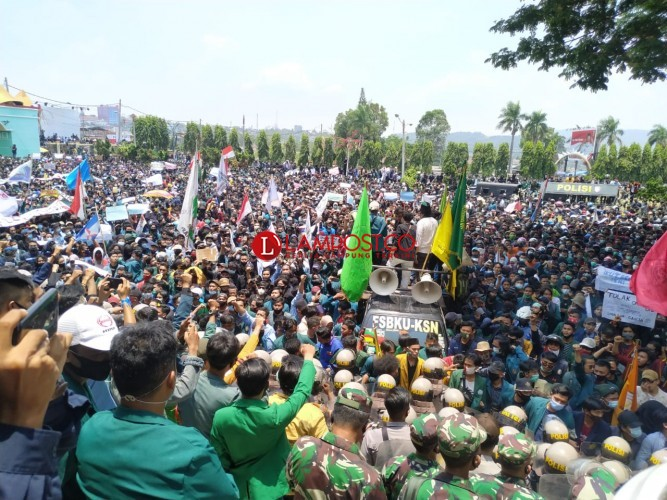 Demo Memanas, Massa Lempari Petugas Pakai Batu dan Botol