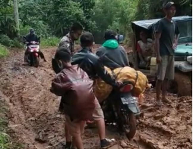 Derita Warga Melintasi Jalan Berlumpur Lintas Sukabumi-Suoh