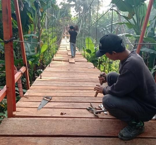 Desa di Pesawaran Bangun Jembatan Gantung Sepanjang 60 Meter untuk Akses Ekonomi Warga