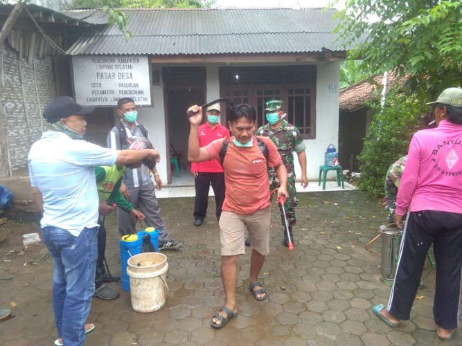 Desa Pasuruan Gotong Royong Semprot Disinfektan