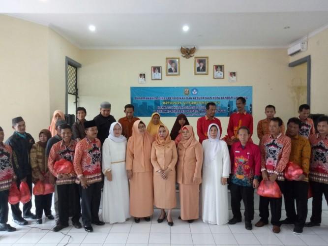 Dharma Wanita Disdikbud Bandar Lampung Bagikan Bingkisan kepada Masyarakat