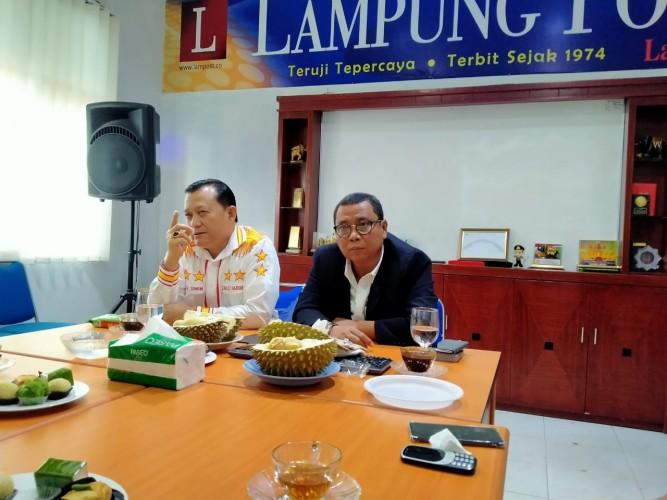 Di Lampung Post, Ike Edwin Paparkan Program Sambil Makan Durian