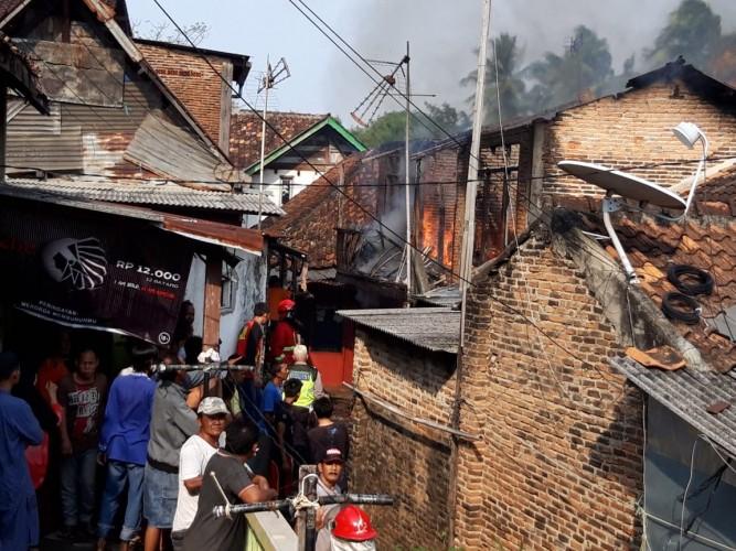 Diduga Korsleting Listrik, Rumah Dua Lantai Terbakar