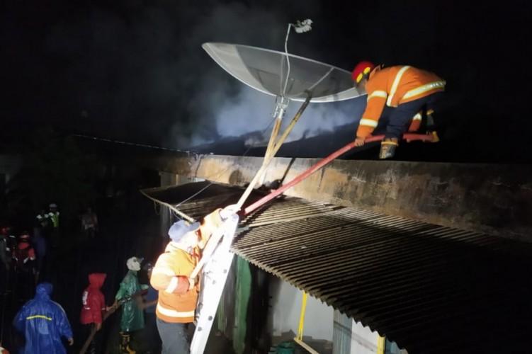 Diduga Tersambar Petir, Empat Ruko di Pasar Baru Pringsewu Terbakar