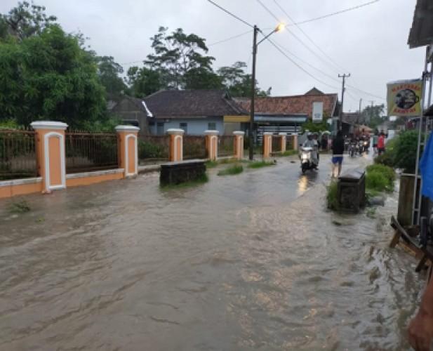Diguyur Deras  Hujan 1,5 Jam, Belasan Rumah di Sukapura Terendam Banjir