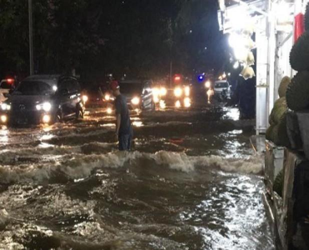 Diguyur Hujan Deras, Jalan Sultan Agung Terendam Banjir