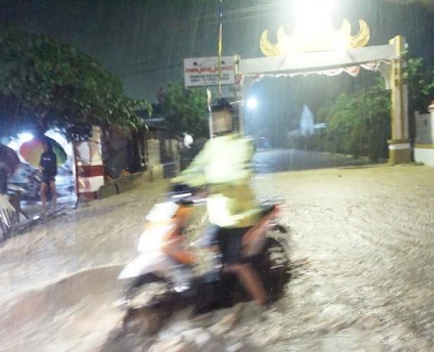 Diguyur Hujan Deras, Jalinsum Desa Tarahan dan Rangai Kebanjiran