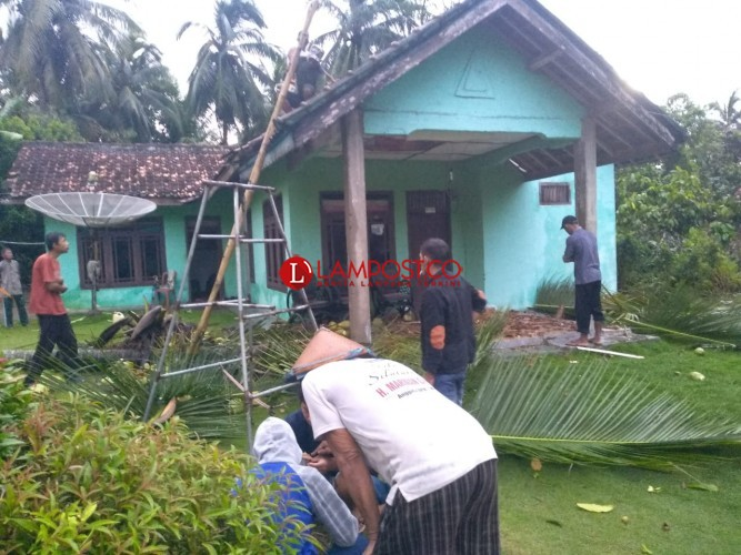 Dilanda Hujan Badai, Puluhan Rumah di Blambangan Umpu Rusak