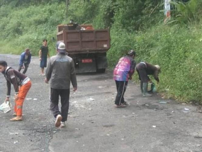 Dinas Lingkungan Hidup Lambar Sisir Sampah Sepanjang Jalan Lintas