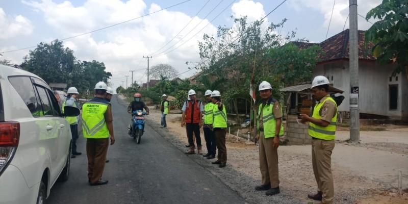 Dinas PU Tinjau Hasil Perbaikan Jalan Rusak oleh Waskita Karya