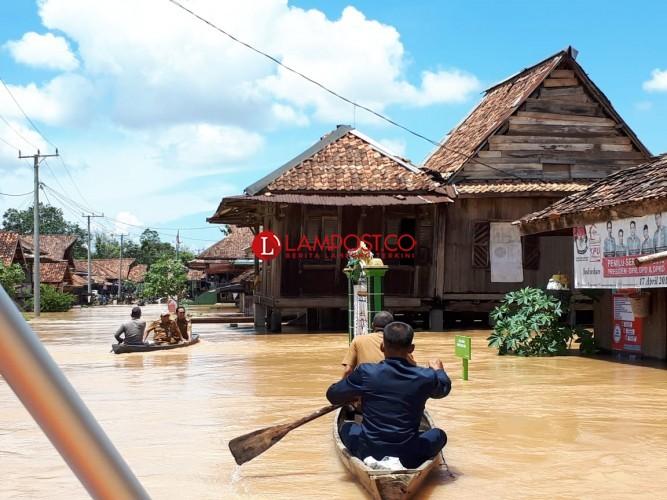 Dinas Sosial Salurkan Bantuan kepada Korban Terdampak Banjir di Negeri Agung