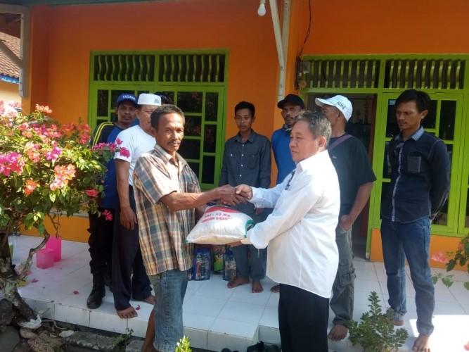 Dinsos Lamsel Salurkan Bantuan untuk Korban Kebakaran di Kualajaya