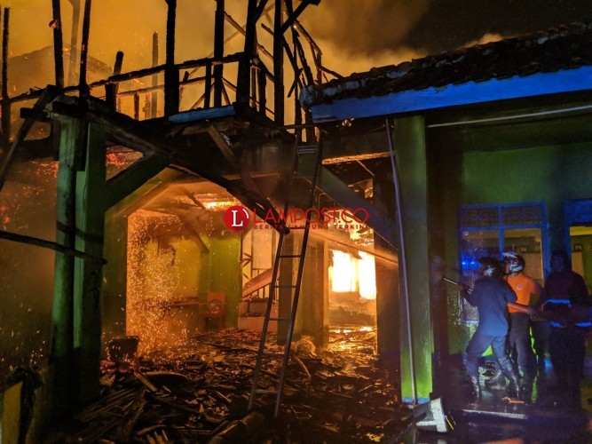 Dinsos Salurkan Bantuan Logistik Untuk Ponpes di Gunungterang yang Terbakar