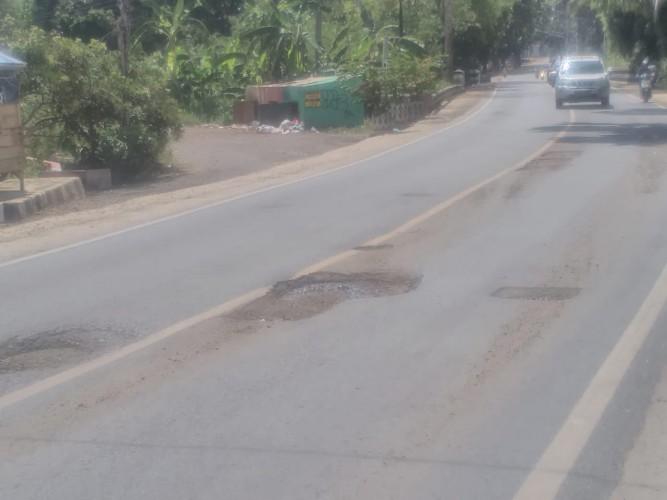 Diperbaiki Akhir 2019, Jalan Lintas Tengah di Kotabumi Rusak Lagi