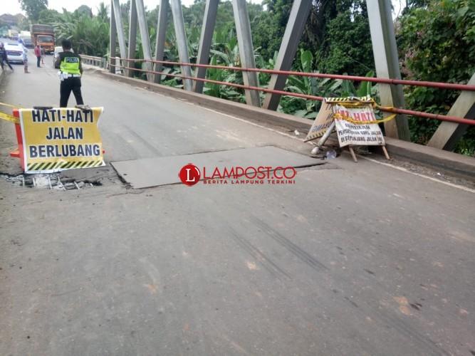Diperbaiki, Jembatan Wayrarem Lampura Ditutup Sementara