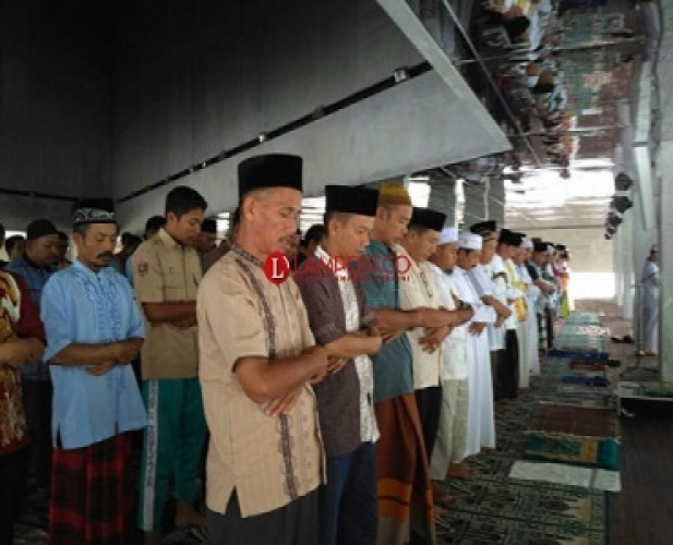 Disemprot Disinfektan, Masjid Agung Kalianda Tetap Gelar Salat Jumat
