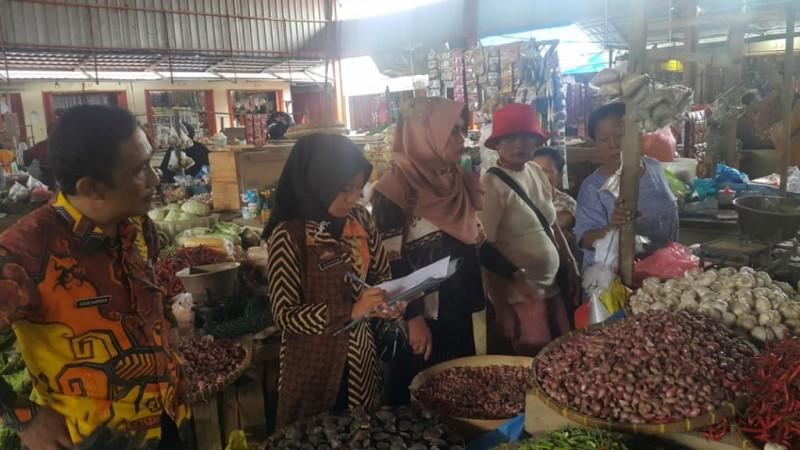 Diskoperindag Tubaba Sidak Harga Sembako Pasar Mulyaasri