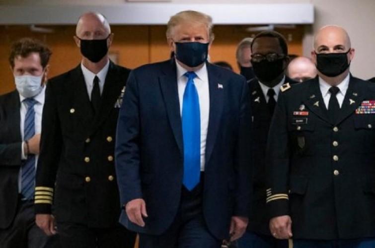 Donald Trump Akhirnya Pakai Masker di Ruang Publik
