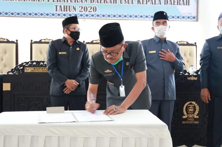 DPRD Pesisir Barat Paripurnakan Persetujuan Enam Raperda Usulan Bupati