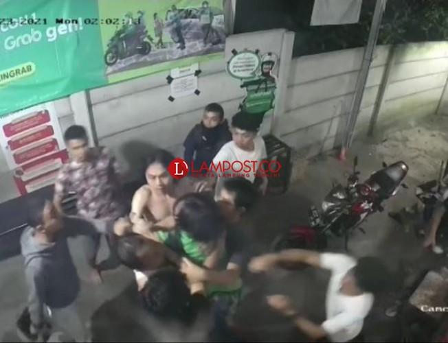 Driver Ojol Dikeroyok Karyawan Ayam Geprek Bekokok