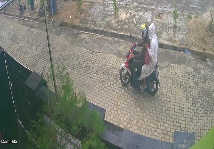 Dua Pelaku Pembakaran Rumah Pegawai PT Tanjungkarang Terekam CCTV