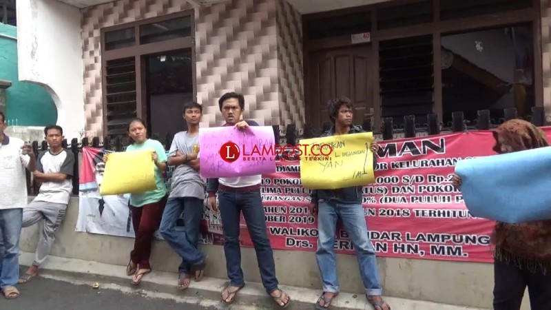 Dua RT Dipecat, Warga Pelita Geruduk Kantor Kelurahan