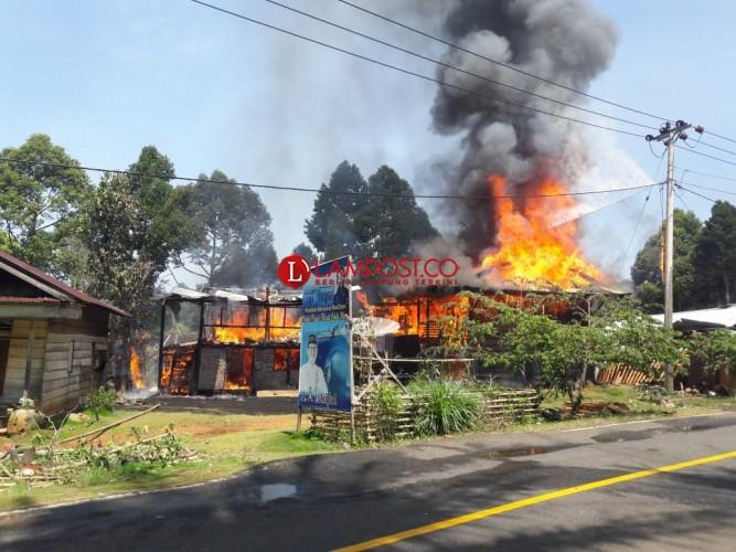 Dua Rumah di Pesisir Barat Ludes Terbakar