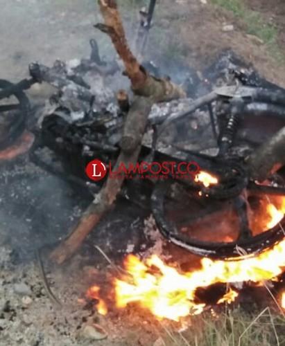 Dua Pemuda Pencuri Kotak Amal Babak Belur Dimassa, Motor Pelaku Dibakar
