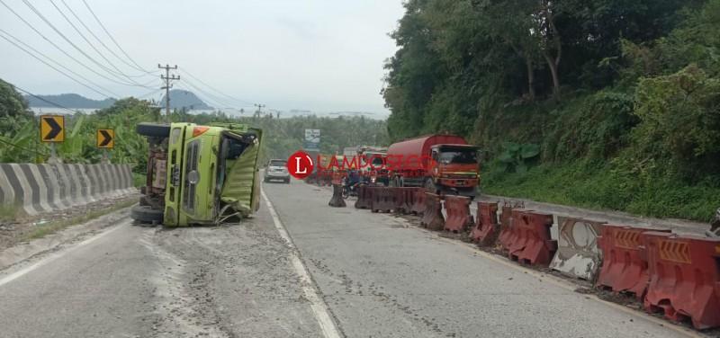Dump Truk Tabrak Motor di Tanjakan Tarahan Tewaskan 2 Orang