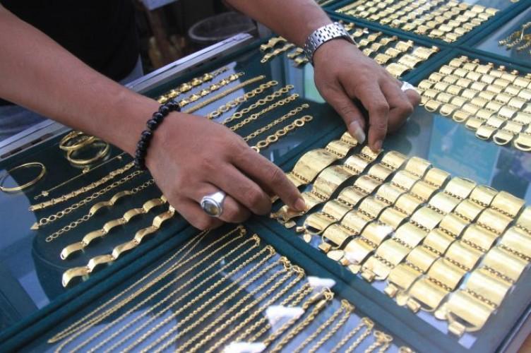 Emas Turun karena Kekhawatiran Gelombang Kedua Covid-19