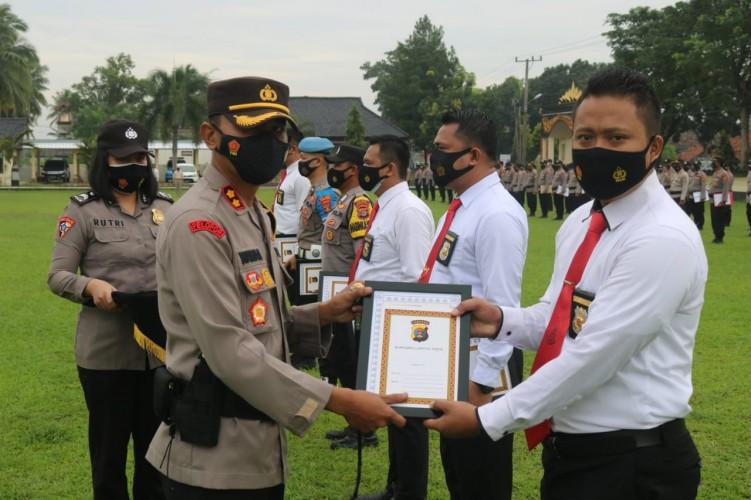 Enam Anggota Polres Lamtim Raih Penghargaan